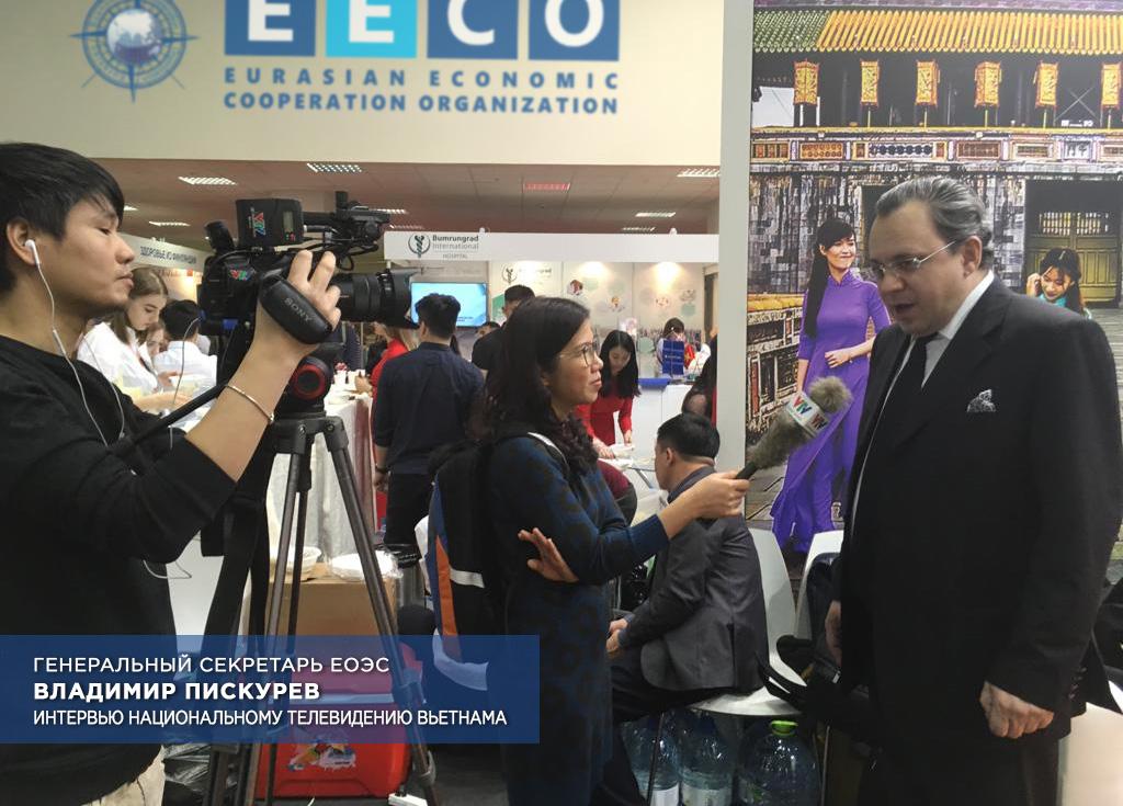 Генеральный секретарь ЕОЭС Владимир Пискурев дает интервью Национальному телевидению Вьетнама